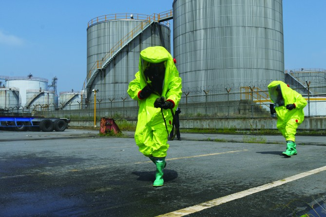 시흥화학재난합동방재센터 탐지반이 잔류 물질의 농도를 검사하고 있다. 화학물질의 농도가 일정 수준 이하로 내려가면 방제조치가 완료된다. - 인천=우아영 기자 제공